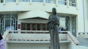 Фасад Кумыкского театра. Памятник кумыкской артистке Барият Мурадовой